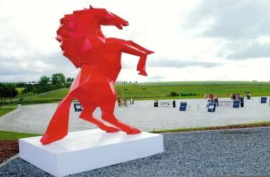 Cheval résine rouge
